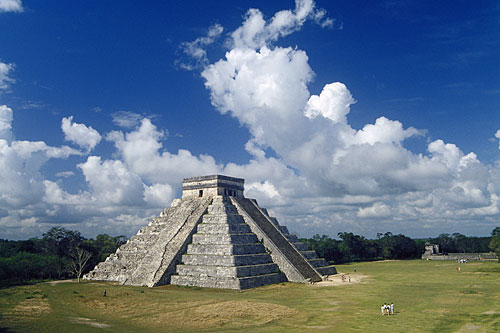 Kulkulkan Pyramid, Warrior Temple ( Chichen Itza ) in Yucatan, Mexico
